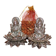 Stunning statue of Laxmi Ganesha with dry fruit potli