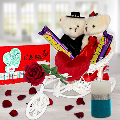 Couple on Ride Hamper